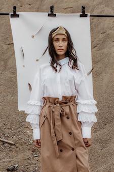 Porträt einer schönen jungen frau der gemischten rasse in einer weißen bluse und im beige rock posiert
