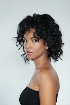 Porträt einer schönen jungen frau des afroamerikaners