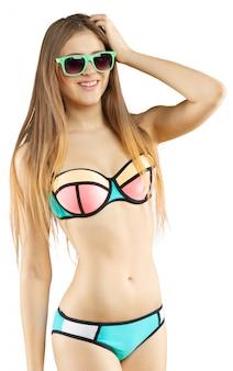 Porträt einer schönen jungen frau, die im bikini aufwirft