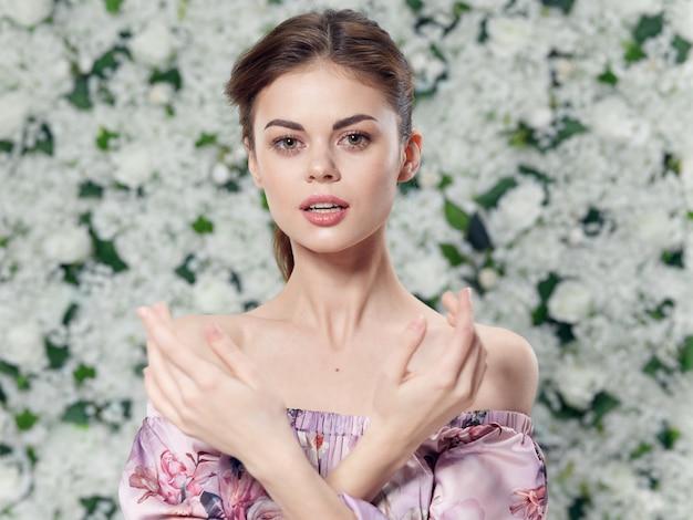 Porträt einer schönen jungen frau in einem blumenkleid