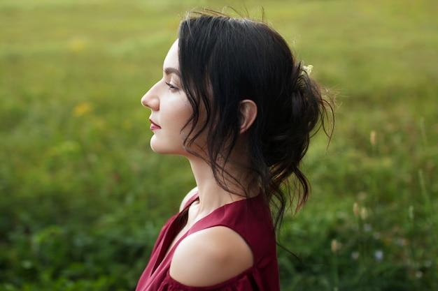 Porträt einer schönen jungen frau in einem roten kleid