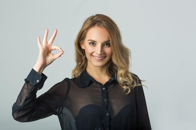 Porträt einer schönen jungen frau in schwarzer kleidung mit make-up