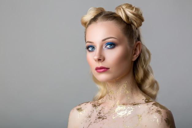 Porträt einer schönen jungen frau mit berufsmake-upschönheit und -mode