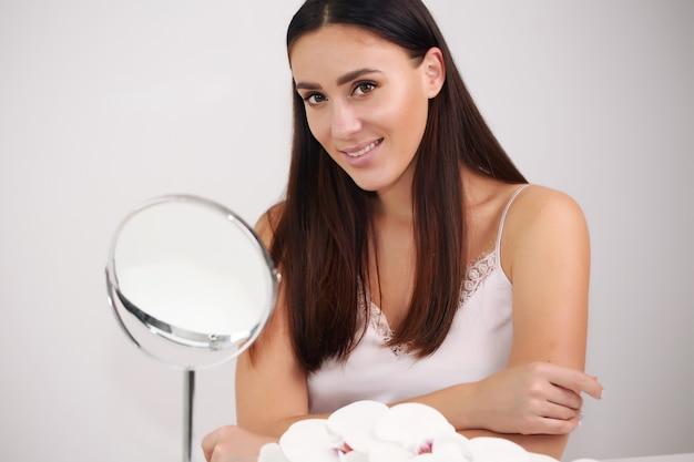 Porträt einer schönen jungen frau mit braunen haaren