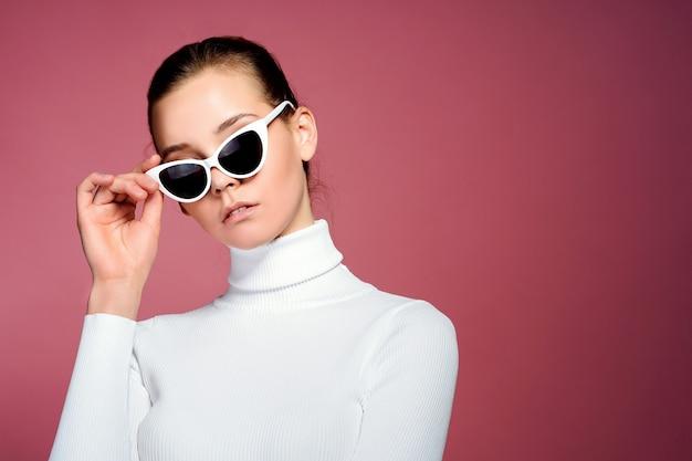 Porträt einer schönen jungen frau mit sonnenbrille