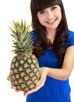 Porträt einer schönen kaukasischen frau mit ananas