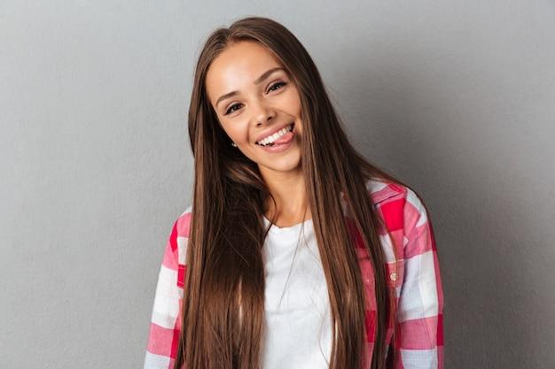 Porträt einer schönen lächelnden frau im karierten hemd
