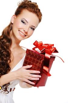 Porträt einer schönen lächelnden frau mit roter schachtel in ihren händen