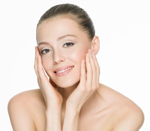 Porträt einer schönen lächelnden frau mit sauberer haut