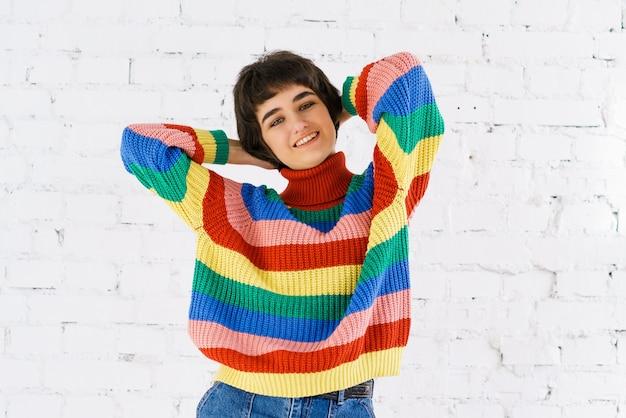 Porträt einer schönen lesbischen frau, die stolz auf ihre sexuellen rechte ist und wieder bunte regenbogenfarben trägt...