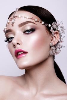 Porträt einer schönen mode brünette braut, süß und sinnlich. hochzeits make-up und haare. blaue augen.