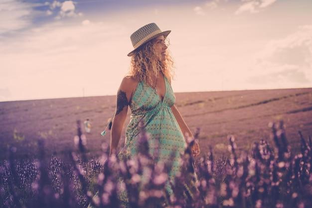 Porträt einer schönen modefrau in lavendelfeldern, die valensole provence frankreich allein für den sommerurlaub besucht - konzept der schönheit und trendigen reisemenschen, die sich im freien erfreuen