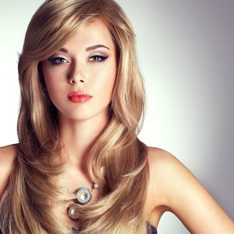 Porträt einer schönen modefrau mit hellem make-up. ziemlich sexy gesicht eines glamour-mädchens posiert