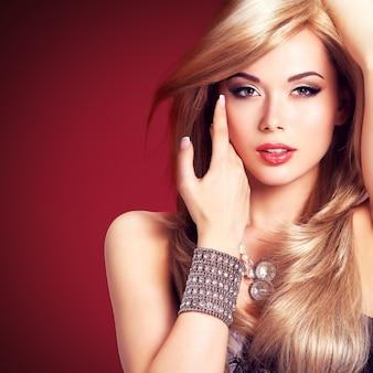 Porträt einer schönen modefrau. ziemlich sexy gesicht eines glamourmädchens, das mit silbernem accessor aufwirft.