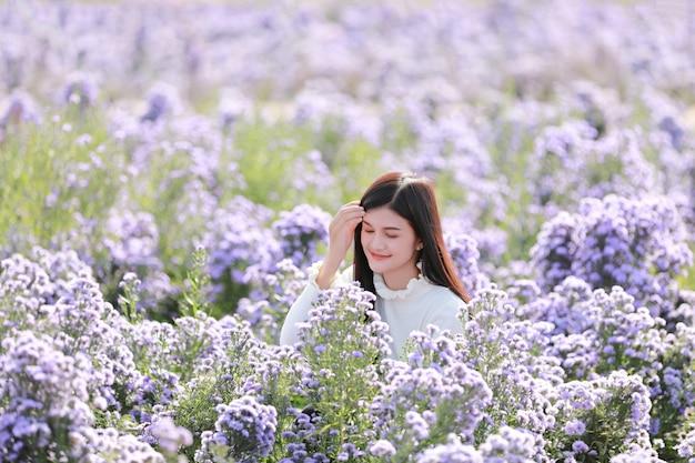 Porträt einer schönen romantischen frau im märchenfeld von margaret, teenager-mädchen in einem blumengarten.
