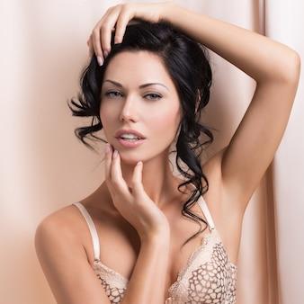 Porträt einer schönen sexy zarten frau mit kreativer frisur. model posiert