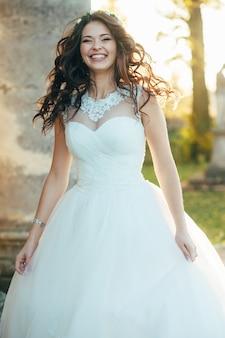 Porträt einer schönen und glücklichen braut in einem hochzeitskleid an ihrem hochzeitstag