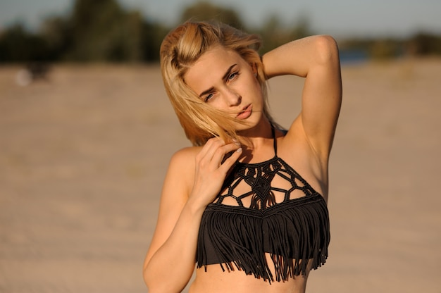 Porträt einer schönen und sexy blondine im badeanzug