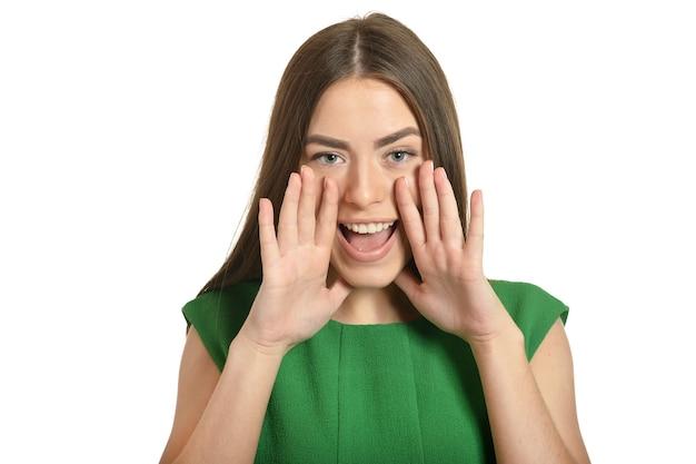 Porträt einer schreienden frau im grünen kleid