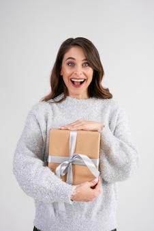 Porträt einer schreienden frau mit geschenk