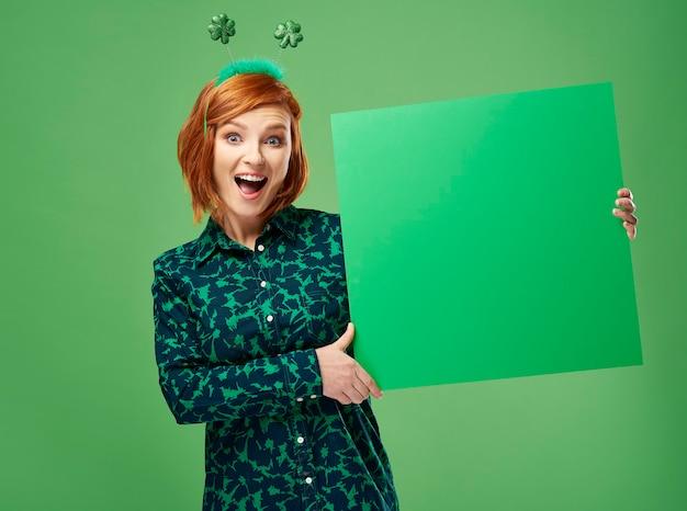 Porträt einer schreienden frau mit grünem banner holding
