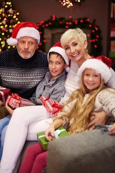 Porträt einer sehr glücklichen familie
