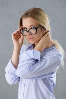 Porträt einer sexy frau im männerhemd, das brille trägt