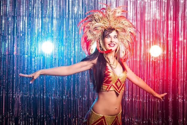 Porträt einer sexy frau in einem bunten prächtigen karnevalskostüm