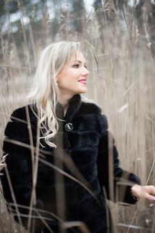 Porträt einer sinnlichen jungen blonden frau am see während winterschönes gesicht und augen