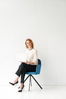 Porträt einer sitzenden jungen geschäftsfrau sitzend