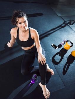 Porträt einer sitzfrau im fitnessclub
