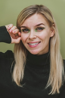 Porträt einer smiley-frau mit make-up