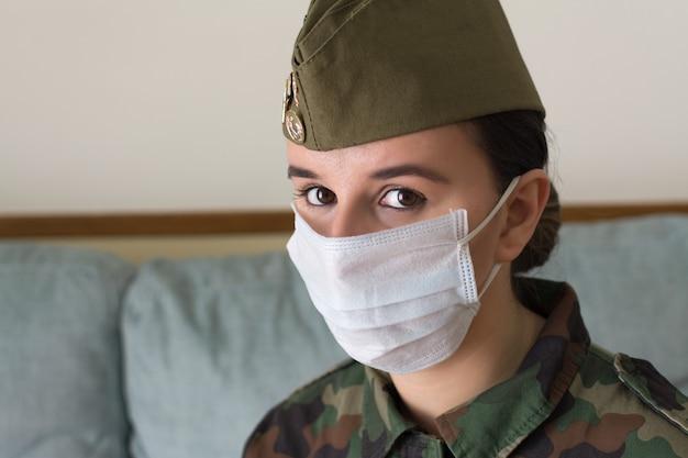 Porträt einer soldatin in uniform und operationsmaske