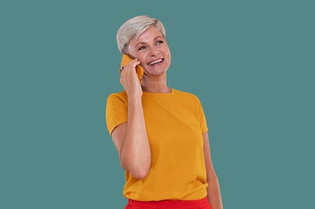 Porträt einer stilvollen älteren frau, die am telefon spricht