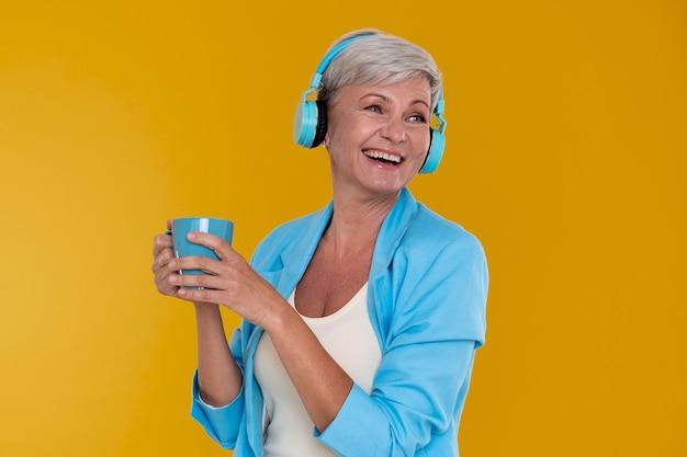 Porträt einer stilvollen älteren frau mit kopfhörern