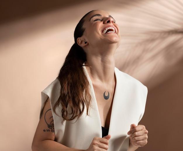 Porträt einer stilvollen brünetten frau, die posiert und lächelt