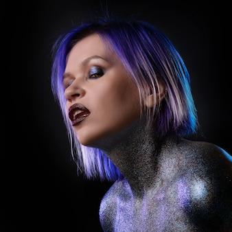Porträt einer stilvollen und gewagten jungen frau mit lila haaren