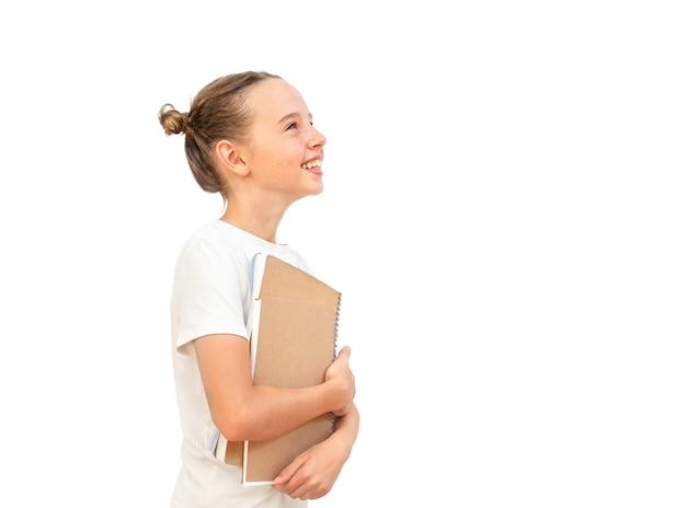 Porträt einer studentin mit büchern auf weißem hintergrund