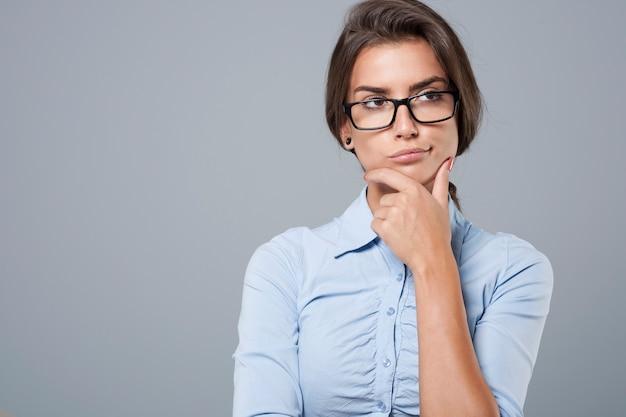 Porträt einer unzufriedenen jungen geschäftsfrau