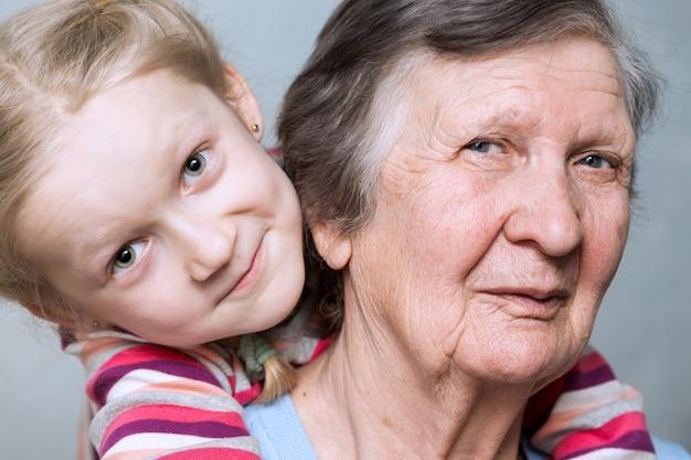 Porträt einer urgroßmutter, urenkelin, nahaufnahme