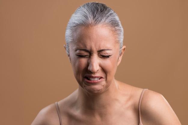 Porträt einer weinenden älteren frau