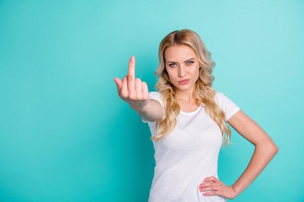 Porträt einer wütenden dame zeigt mittelfinger ficken schlechtes zeichen