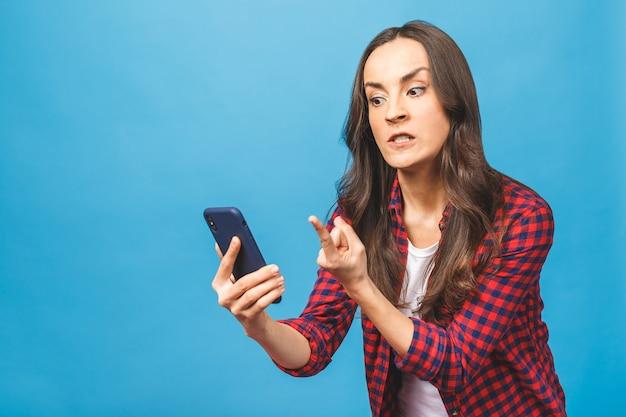 Porträt einer wütenden jungen geschäftsfrau, die handy anschreit