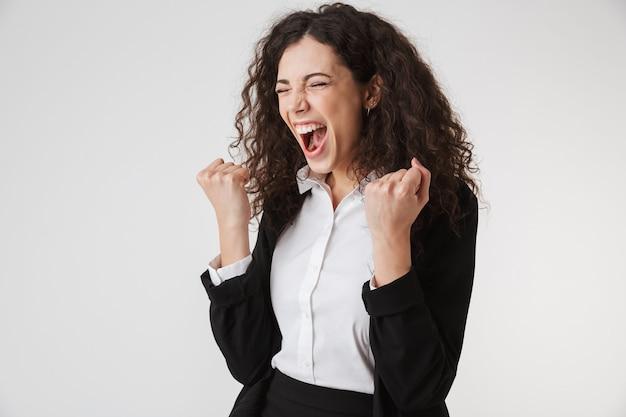 Porträt einer wütenden jungen geschäftsfrau, die schreit