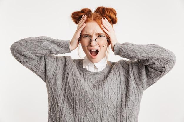 Porträt einer wütenden jungen schulsonderfrau