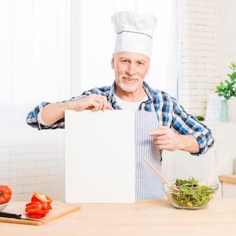 Porträt eines älteren mannes, der digitale tablette des leeren bildschirms zeigt