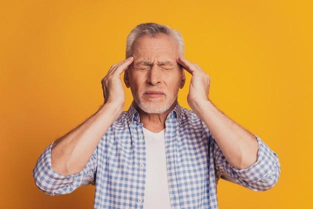 Porträt eines älteren mannes, der unter kopfschmerzen leidet