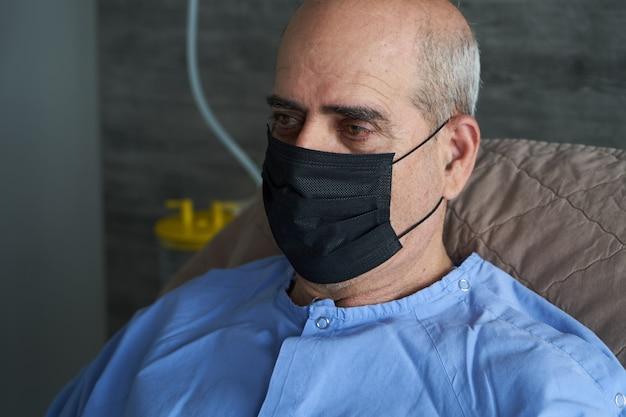 Porträt eines älteren mannes im krankenhausbett, nahaufnahme