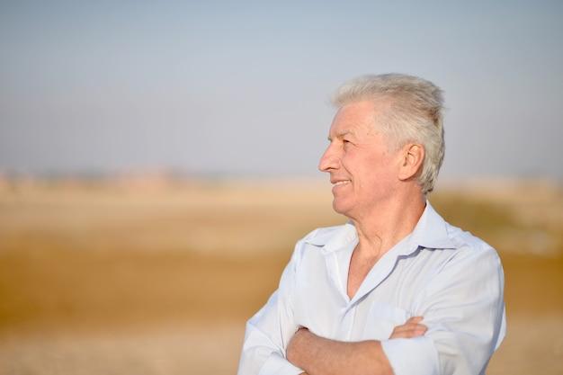 Porträt eines älteren mannes in der wüste Premium Fotos
