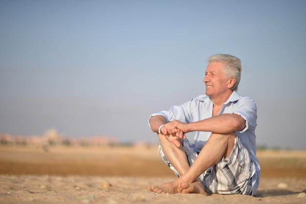 Porträt eines älteren mannes in der wüste